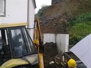 Uma criança soterrada numa derrocada nos Açores