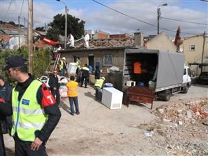 Despejados e activistas barricados no Instituto da Habitação