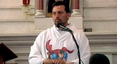"""""""Super"""" padre mexicano abençoa crianças com pistola de água"""