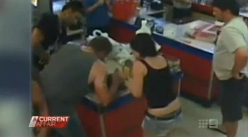 Australiano salva a vida de menina de dois anos num supermercado