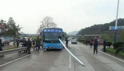 Motorista evita ser decapitado por poste e salva passageiros