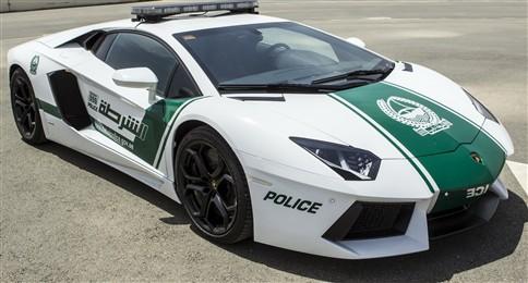 Polícia do Dubai faz patrulha em carros de luxo