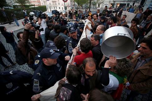 """PSP diz que mulher foi detida na manifestação contra a """"troika"""" por agredir um agente"""
