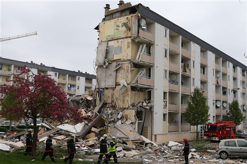 Predio ruiu após explosão e causou pelo menos dois mortos em França