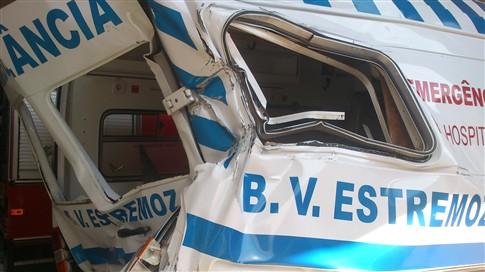 Furtou ambulância dos bombeiros e despistou-se após perseguição