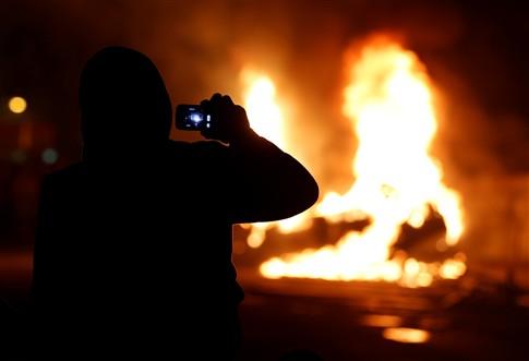 Manifestantes no Rio de Janeiro incendeiam carro e entram em confrontos com polícia