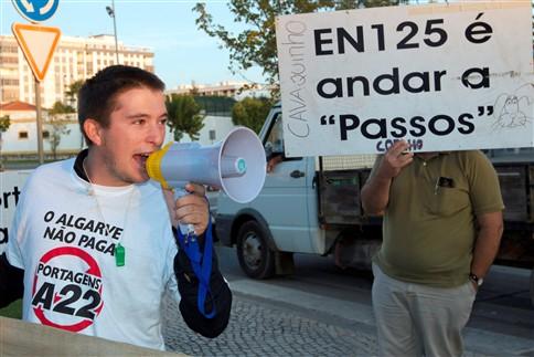 Utentes da Via do Infante vão protestar junto a casas de férias de Passos e Cavaco