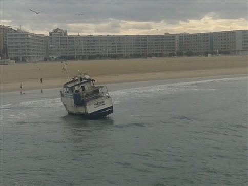 Barco de pesca encalhou na praia de Matosinhos
