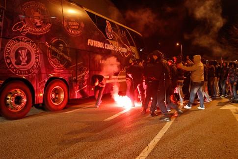Carros dos jogadores do F. C. Porto alvo da ira dos adeptos