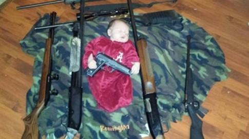Foto de bebé a dormir com armas gera polémica