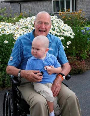 George Bush rapa cabelo por menino doente