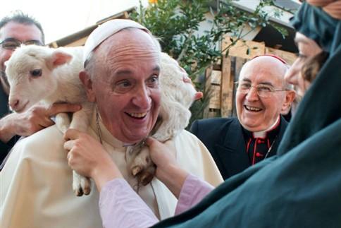 Papa fotografado com um cordeiro nos ombros