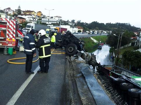 Pai e filho feridos no despiste do camião que caiu do IC2 para uma rua
