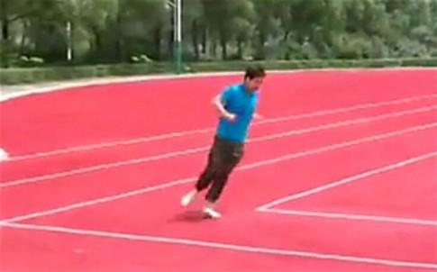 Responsáveis de estádio na China pintam pista de atletismo retangular
