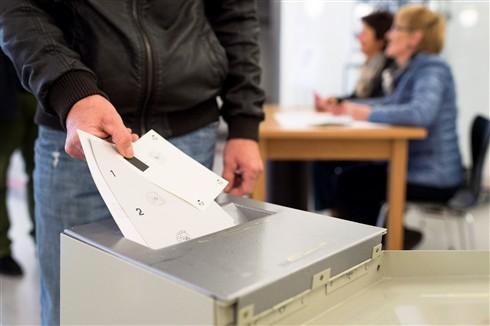 Suíços votam em referendo sobre limitação de imigrantes