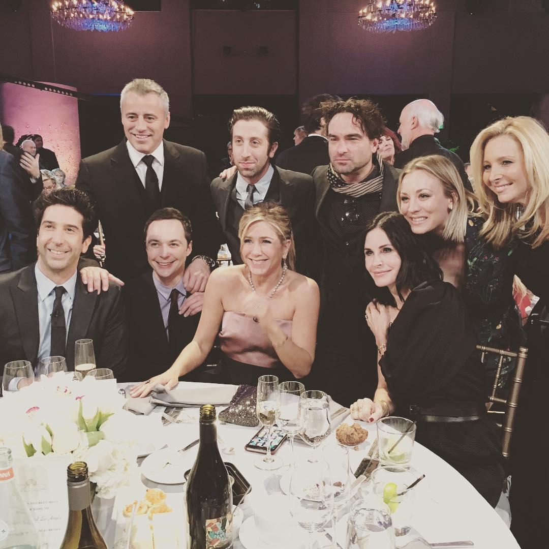 Elenco se reúne e posa com astros de Big Bang Theory — Friends
