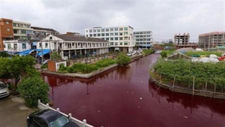 Rio na China fica vermelho misteriosamente (vídeo)