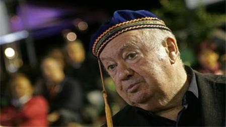 """Je suis Syriza"": Alberto João Jardim usa chapéu grego no Carnaval"