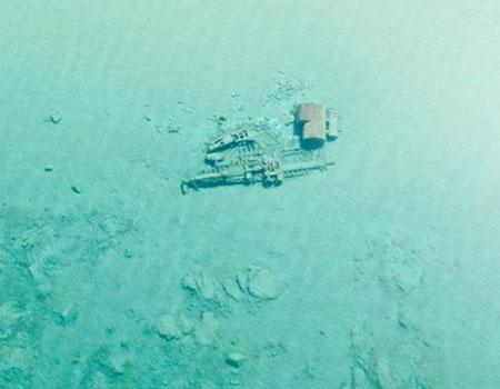 Águas cristalinas do Lago Michigan permitem ver barcos naufragados