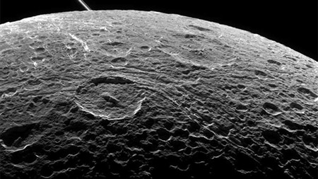 "Cassini faz última tentativa para compreender ""enigma"" de Dione"