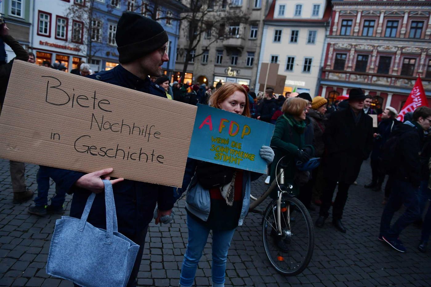 Em Erfurt, capital da Turíngia, um manifestante oferece lições de história e a manifestante insurge-se