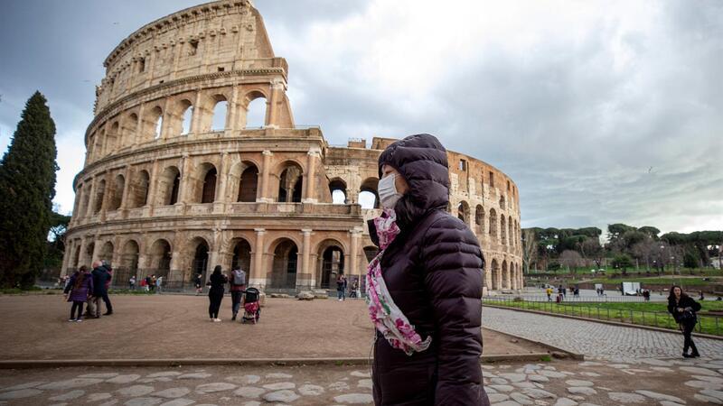 Por estes dias, os turistas evitam a capital italiana, Roma, onde os monumentos costumam estar rodeados
