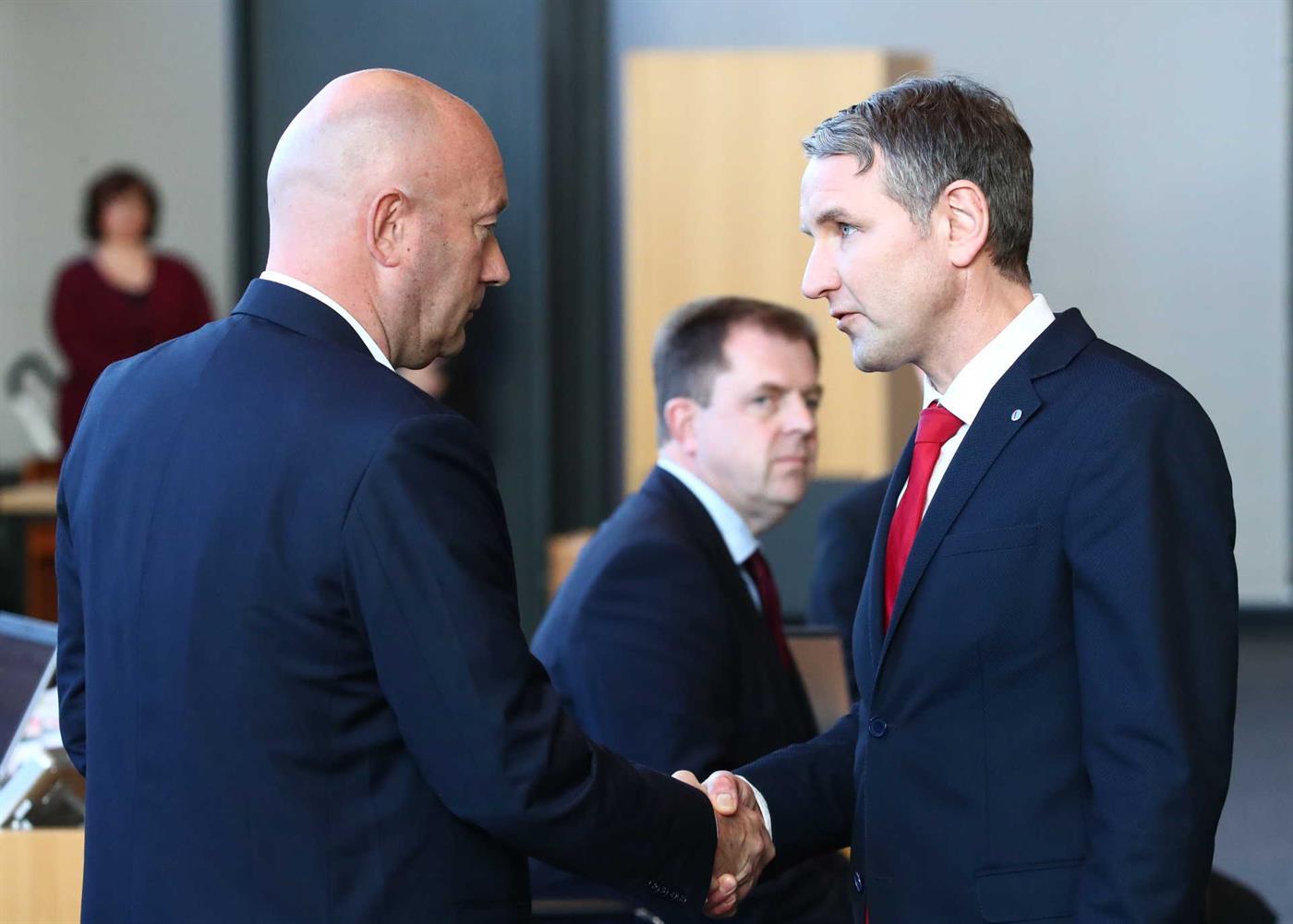 Após a eleição, Thomas Hemmerich recebe os cumprimentos do líder estadual da AfD, Björn Höcke.