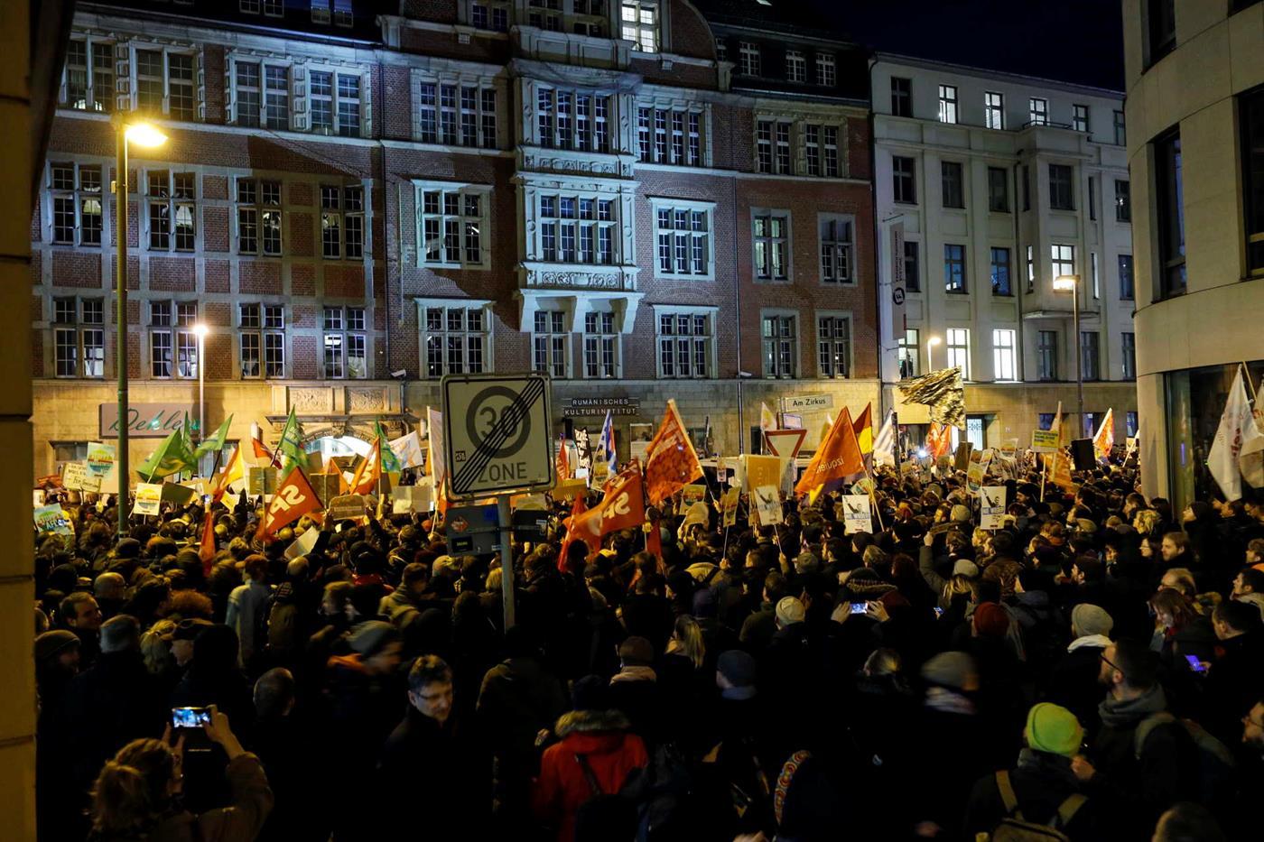Protesto contra a eleição do chefe de governo da Turíngia diante da sede dos liberais, em Berlim.