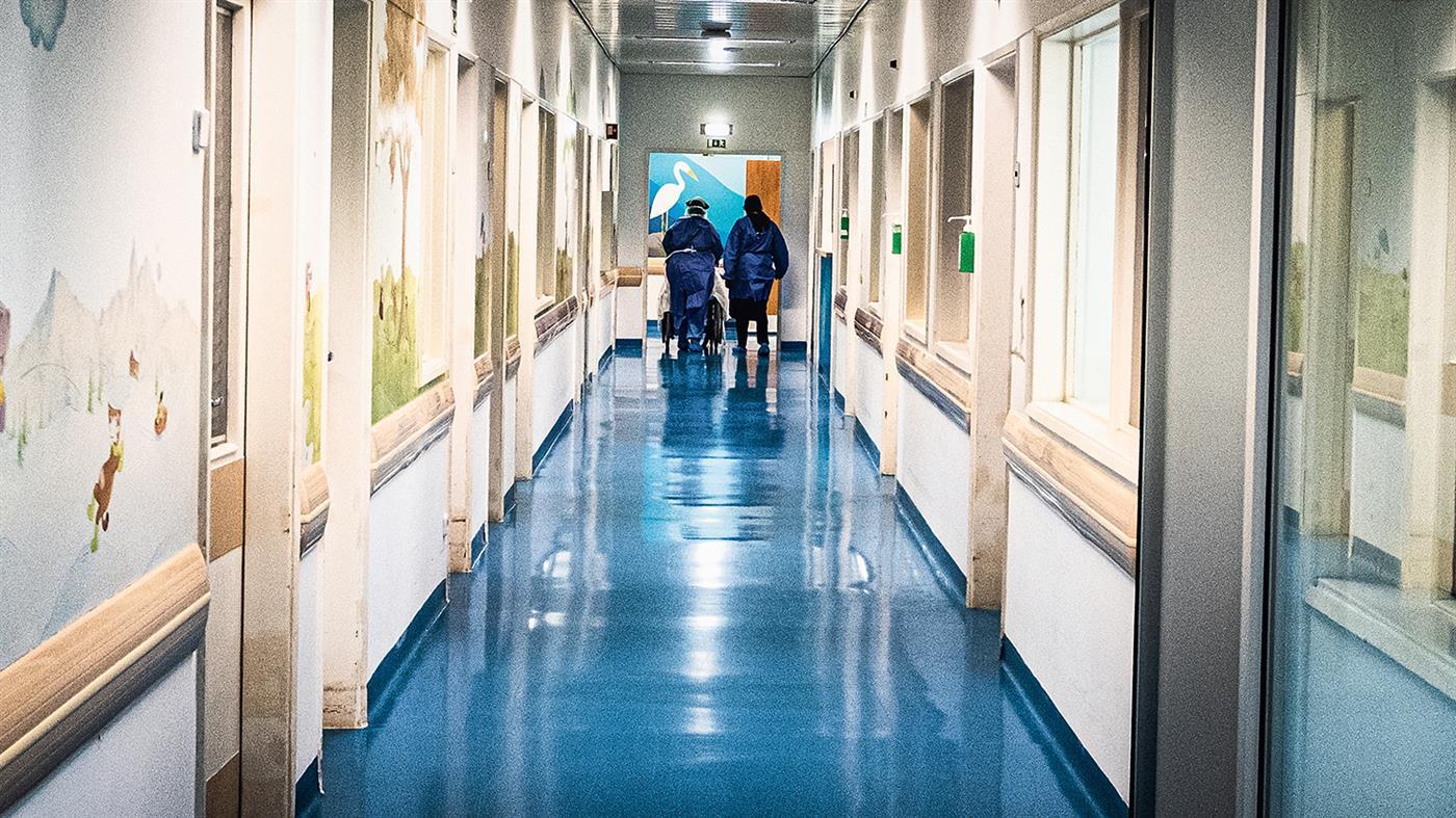 Quanto menos pessoas circularem nos hospitais, menor é o risco de infeção.