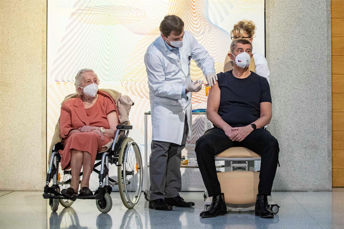 A primeira pessoa a receber a vacina foi o primeiro-ministro Andrzej Babis e a veterana de guerra Emily Repikova