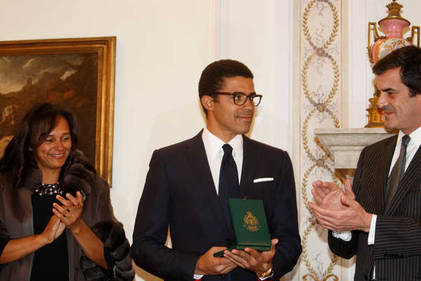 Mayor of Porto, Rui Moreira, presents the City Medal of Merit to the collector Sindika