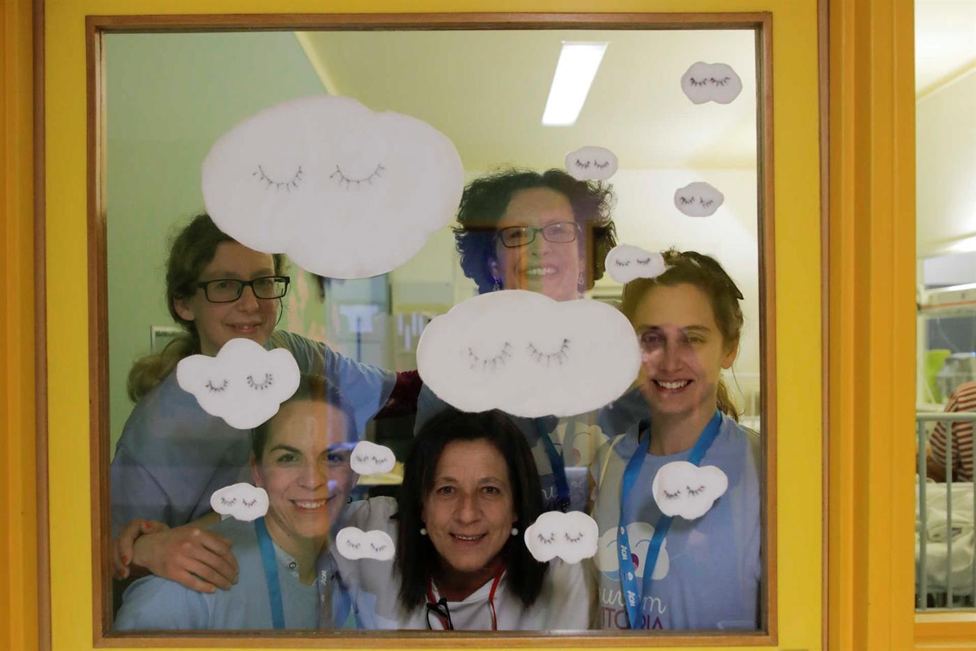 Algumas voluntárias da Associação Nuvem Vitória com a coordenadora do grupo no Hospital de Santo André