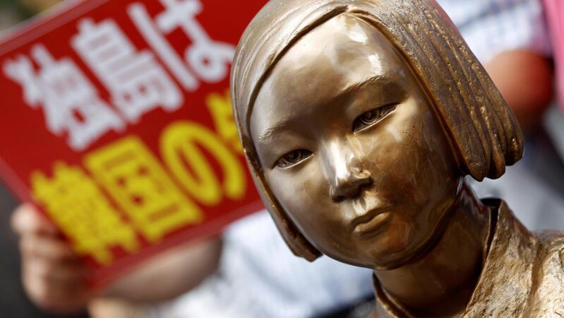 Estátua em homenagem às mulheres de conforto em Seul, frente à embaixada do Japão