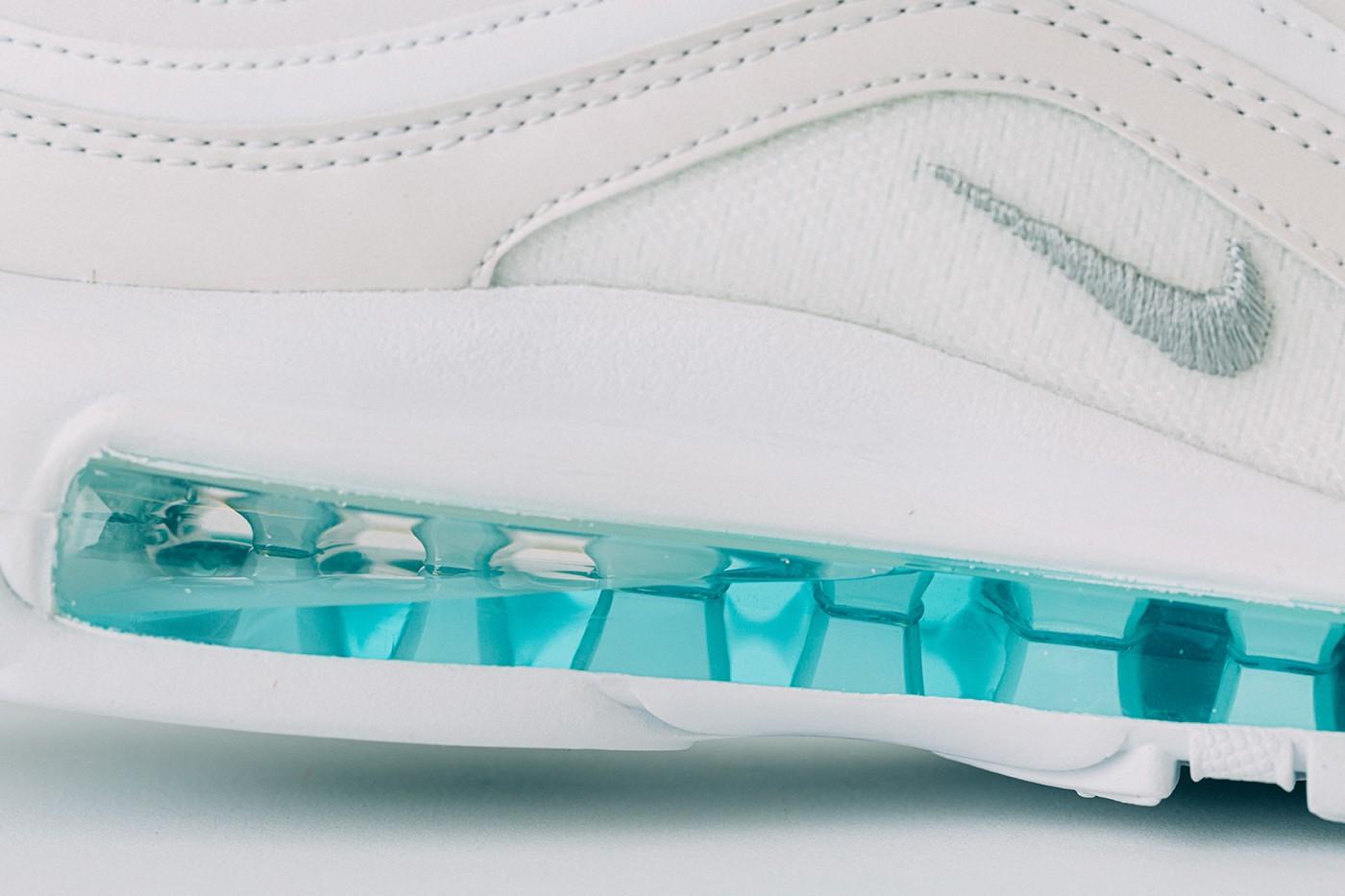 Sapatilhas Nike com água benta na sola e crucifixo custam