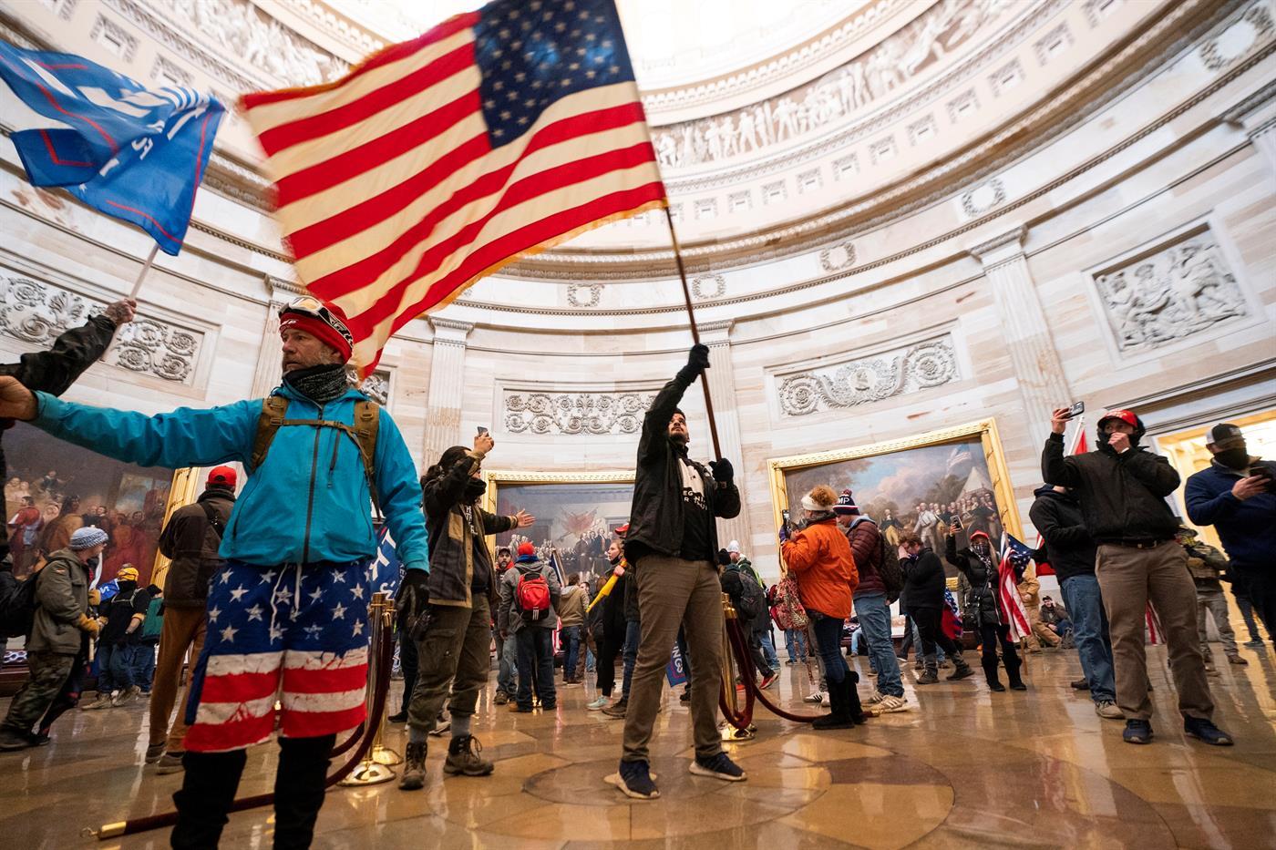 Manifestantes invadem Capitólio quando estavam a ser ratificados votos das presidenciais