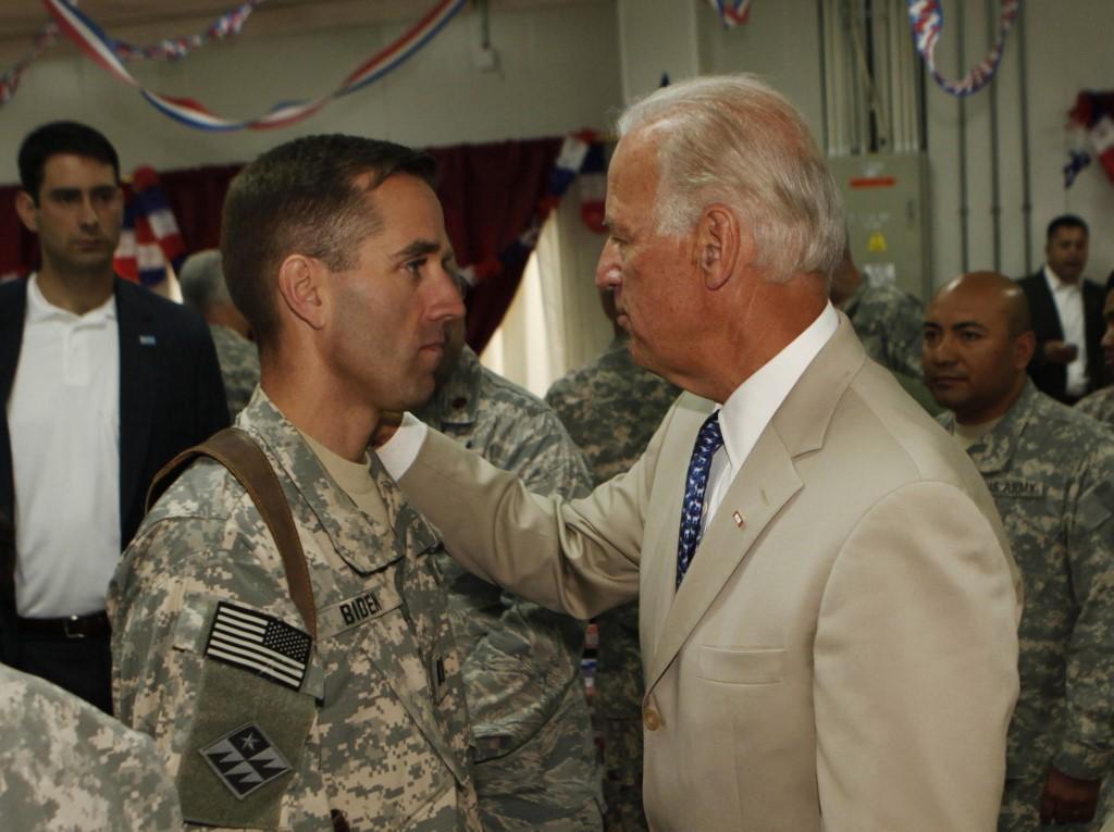 Beau Biden com o pai numa visita deste ao Iraque, onde o filho estava destacado