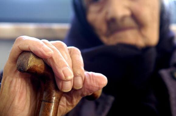 Resultado de imagem para Maioria de esquerda chumba pacote legislativo do CDS para proteção dos idosos