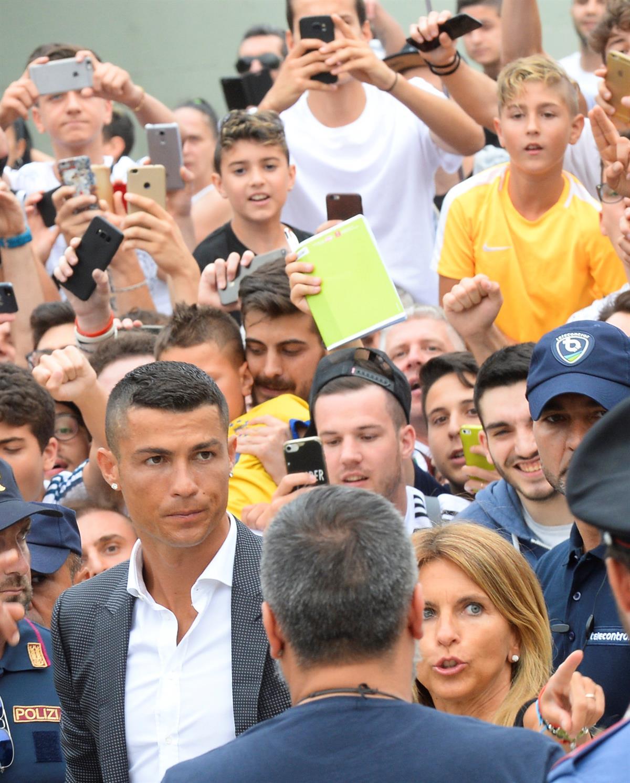 9f01aa4db Chegou Ronaldo. O mundo em Turim para ver CR7