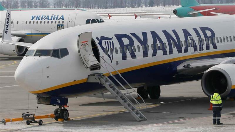 Resultado de imagem para Mais de 30 passageiros da Ryanair assistidos após perda de pressão na aeronave