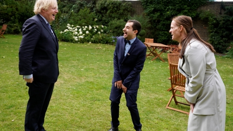 O primeiro-ministro com os enfermeiros Luis, de Portugal, e Jenny, da Nova Zelândia.