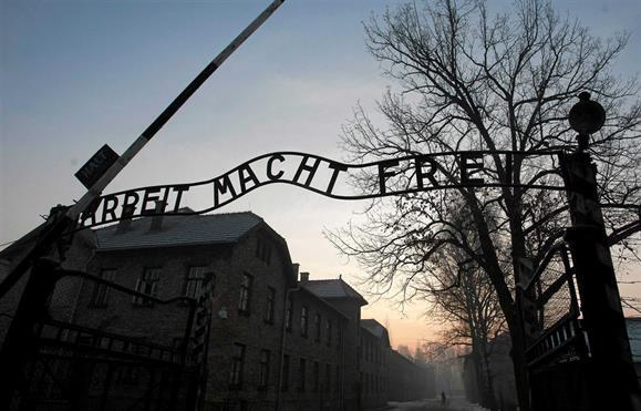 """Resultado de imagem para """"A mente humana não consegue imaginar."""" Investigadores recuperam texto enterrado em Auschwitz"""
