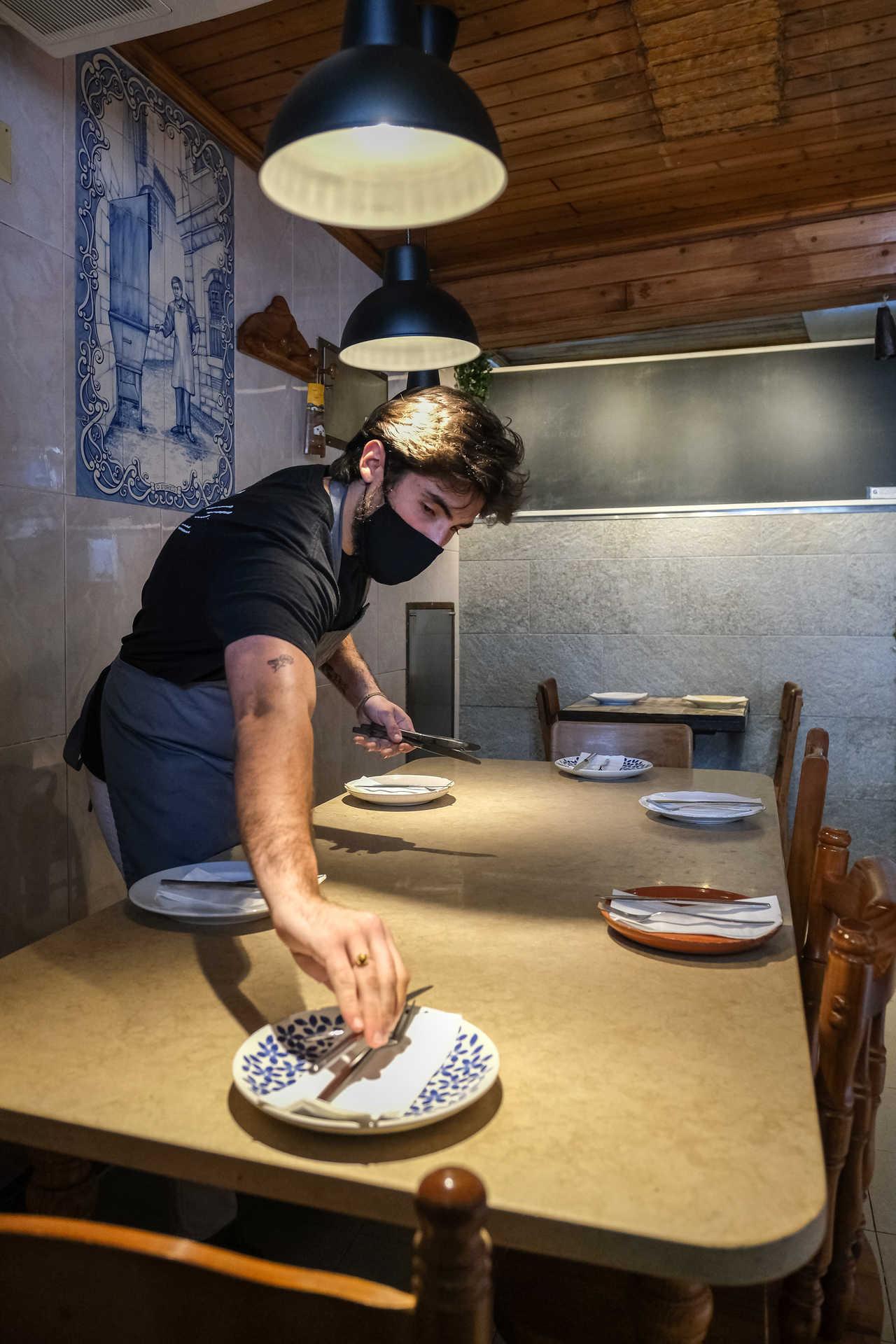 Zé Paulo Rocha com tudo pronto para abrir as portas do interior do seu restaurante O Velho Eurico.