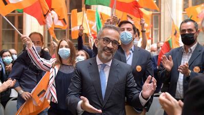 O candidato à liderança do Partido Social Democarata (PSD), Paulo Rangel (C), durante um encontro com