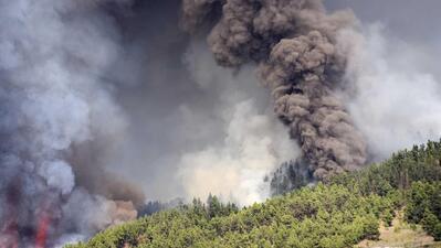 Lava ameaça as casas perto de vulcão em erupção nas Canárias