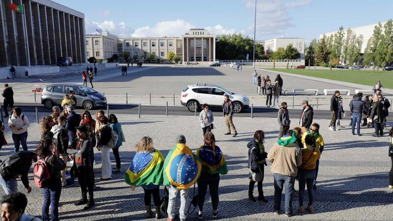 Comunidade brasileira é a mais numerosa e pode requerer igualdade de direitos: pode votar e entrar nas
