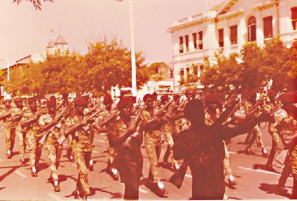 Uma das companhias de comandos africanos em desfile em Bissau