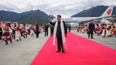 """Presidente chinês foi """"calorosamente recebido"""" à chegada ao aeroporto de Nyingchi, na quarta-feira."""