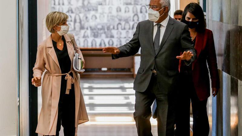 A ministra da Saúde, Marta Temido (E), e o primeiro-ministro, António Costa, à saída da 22ª sessão sobre