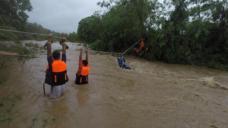 Equipas de resgate retiram habitantes das suas casas em Gonzaga, nas Filipinas, devido às inundações