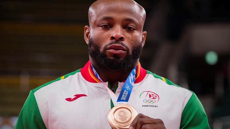 A medalha e a lágrima do judoca Jorge Fonseca.